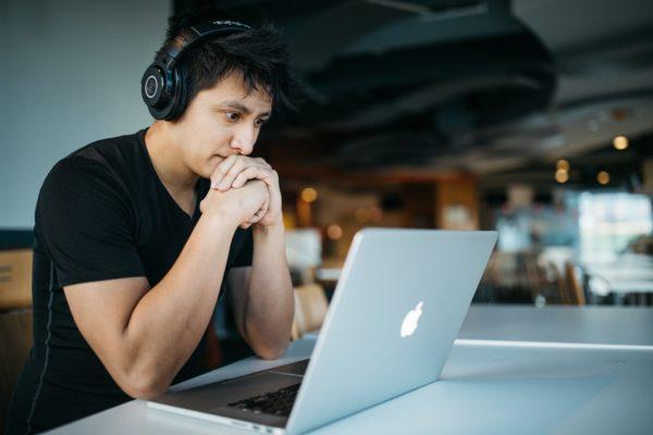ネイティブの英会話を学ぶならオンラインがオススメ