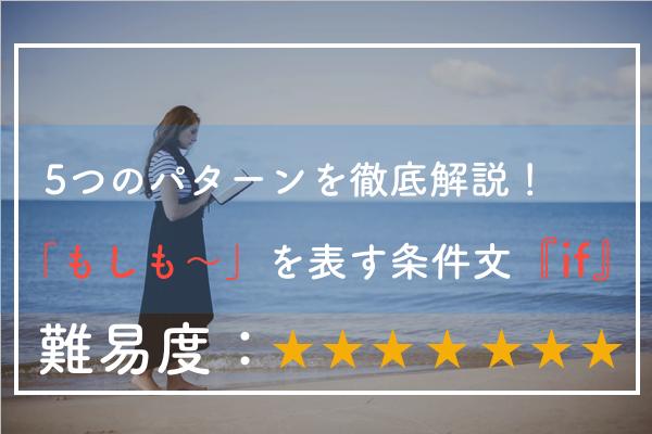 浜辺を本を読みながら歩く女性